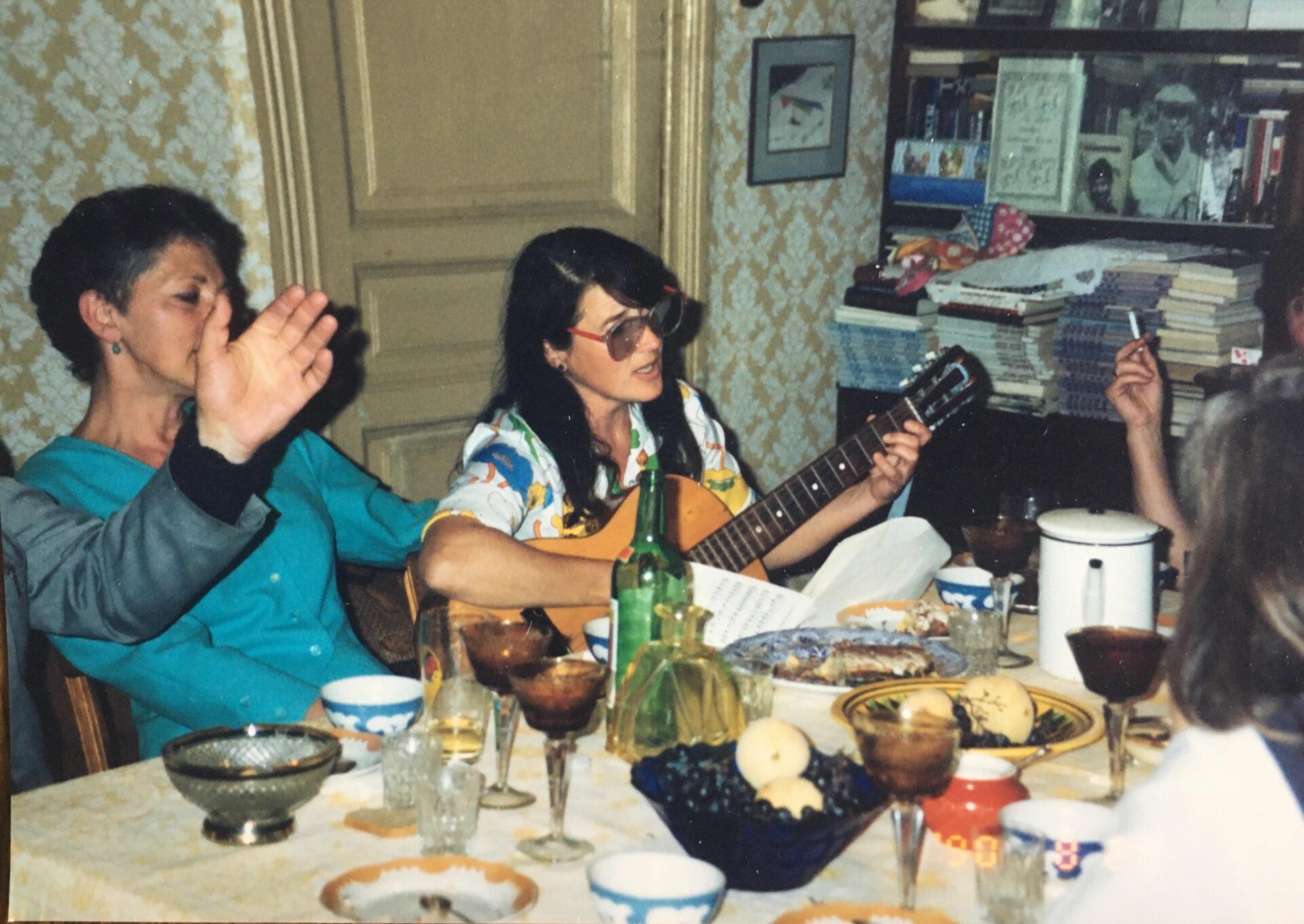 zwei Frauen beim Fröhliches Singen,Gitarrespielen