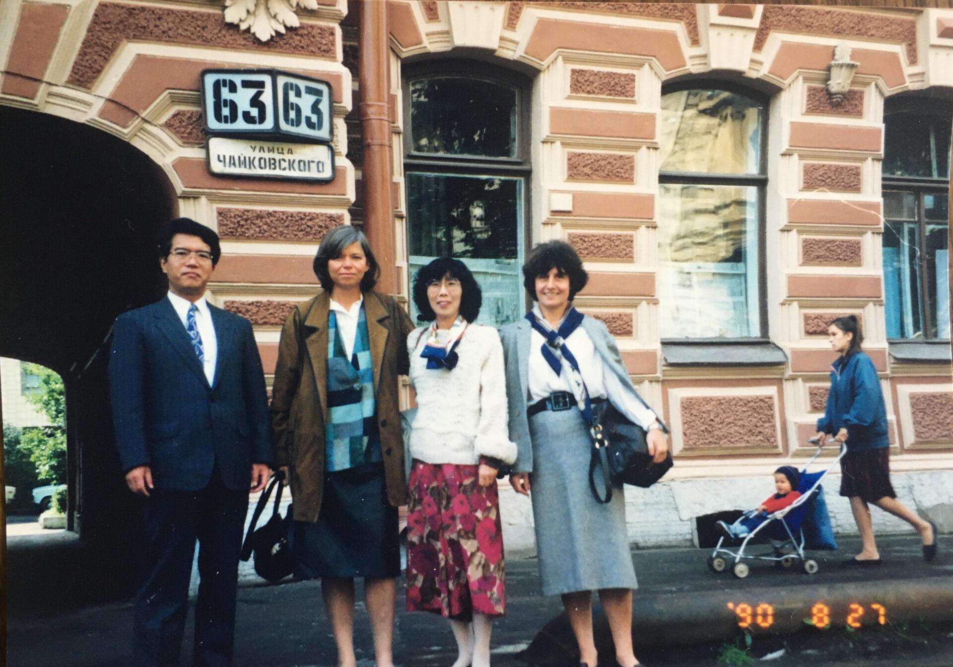 Lubow mit drei Gästen vor ihrem Wohnhaus
