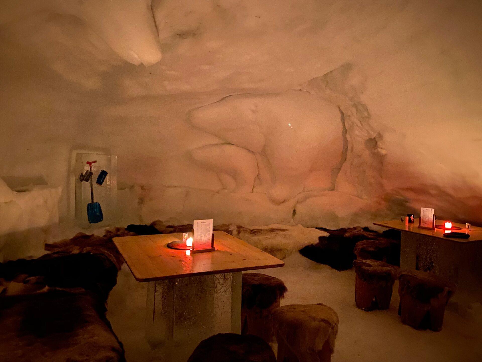 Blick in den Aufenthaltsraum der Iglu Lodge mit herausgearbeiteten Figuren (hier Eisbären)n