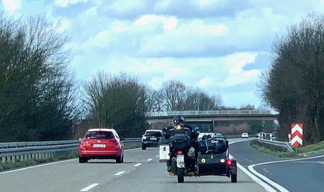 Motorrad mit Beiwagen auf der Autobahn